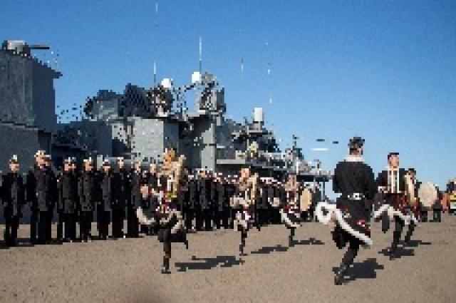 На берегу команды кораблей встречали таймырцы.