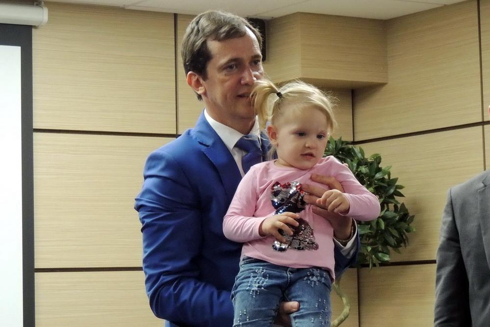 Павел Попов с юной пациенткой, у которой тоже был невус на лице.