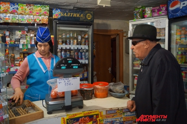 Продавщица заранее приготовила для участника Отечественной войны помидоры