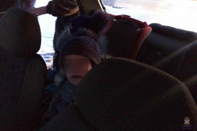 Несовершеннолетние в салоне авто.