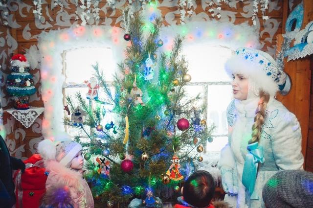 Снегурочка во всём помогает Деду Морозу.
