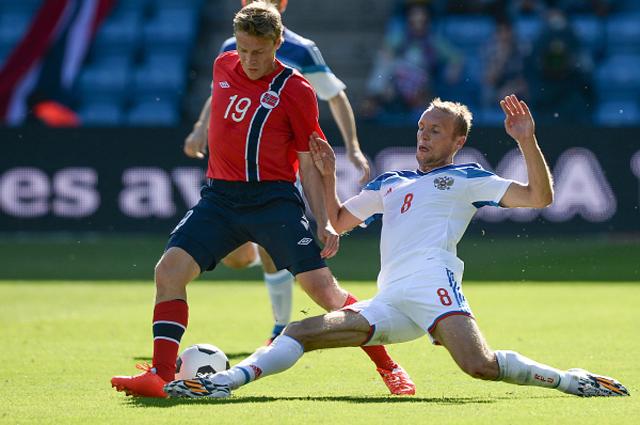 Рубен Йенсен и Денис Глушаков в товарищеском матче между сборными командами Норвегии и России