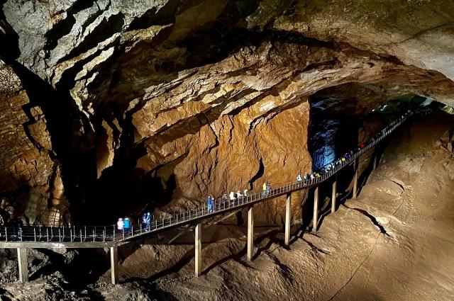 Один из пяти открытых залов Новоафонской пещеры.