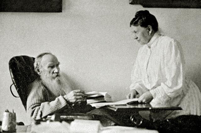 Лев Толстой с Софьей Толстой. Усадьба Ясная Поляна . 1908 год
