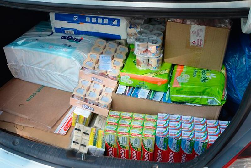 Люди приносят продукты упаковками