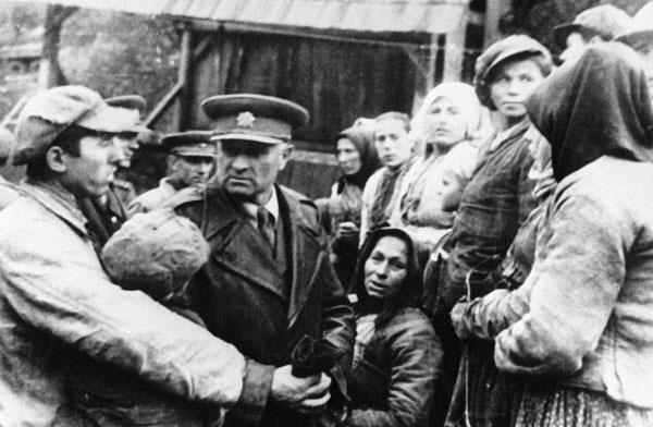 Командир 1-го Чехословацкого армейского корпуса Людвик Свобода беседует с жителями освобождённого Комарника