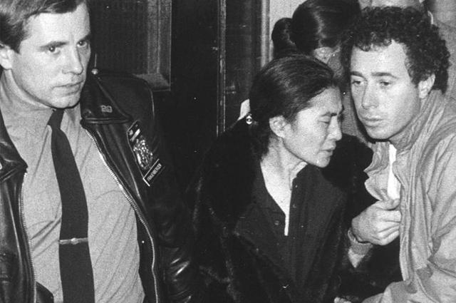 Йоко Оно покидает больницу после смерти мужа.