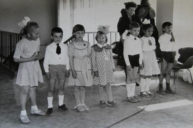 У всех выступающих перед иностранцами детей одеты носки по распоряжению сотрудника КГБ.