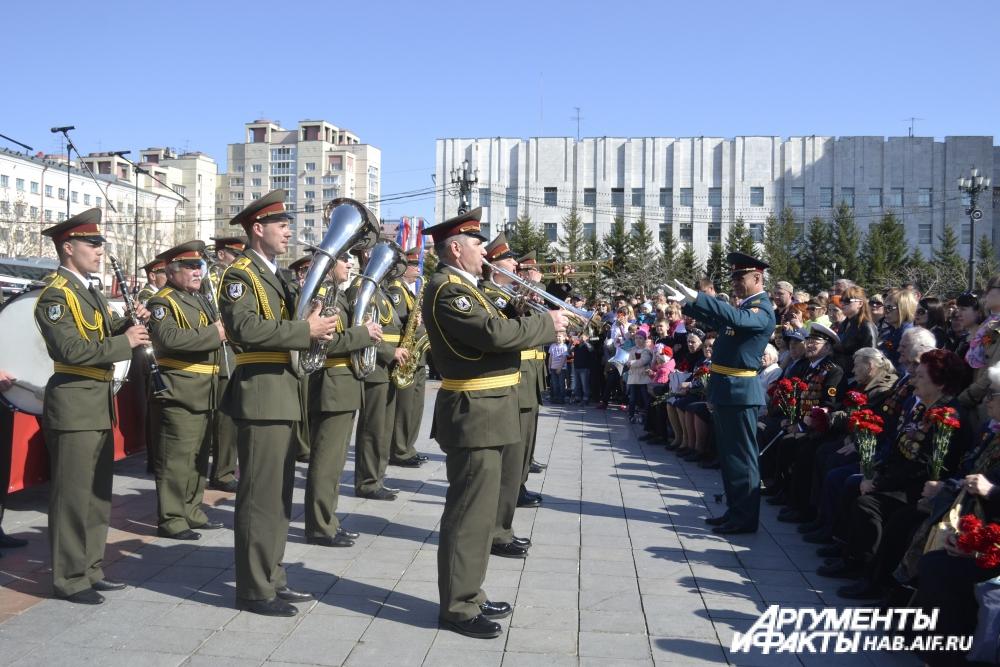 Военный оркестр исполнил для ветеранов гимн России и