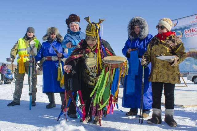 Перед началом соревнований шаманка провела обрядовое благословение предстоящей рыбалки.