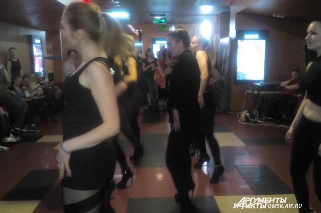 Атмосферу гламура создавали танцами.