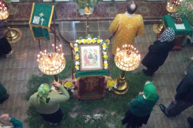 На Троиицу храмы украшают зеленью.