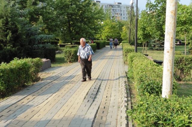 Парк «Дружба» на улице Капустина выглядит не лучше своего тёзки. Пешеходные дорожки все в колдобинах и ямах.