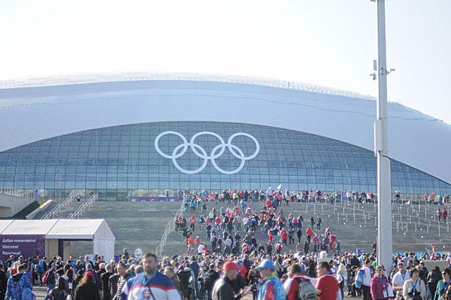 Ледовый дворец спорта Большой поражает своей красотой и современностью, особенно ночью, когда весь купол занимает огромная проекция с флагами стран и счётом текущей игры