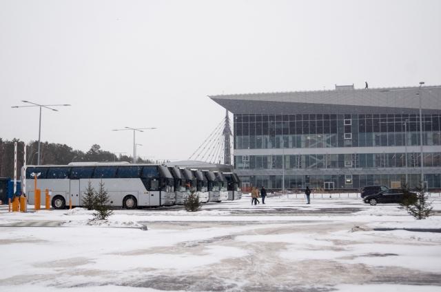 Полностью бесплатная парковка расположена в 10 минутах ходьбы от здания аэропорта - с сумками идти тяжело.
