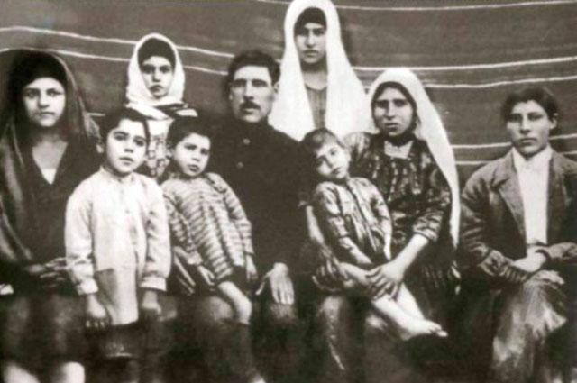 Семья Алиевых. Гейдар второй слева, 1930 г.