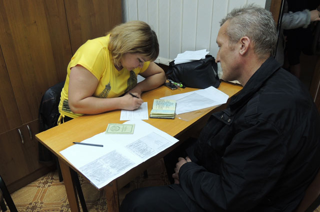 Паспортистка Елена заполняет форму № 1