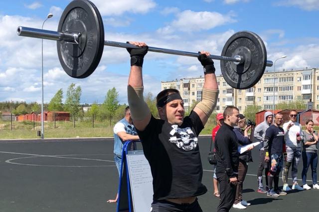 Илья Кузьмин занимается бодибилдингом.