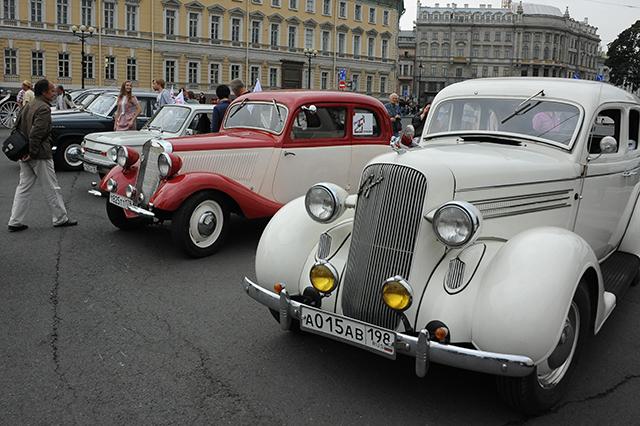 В Биржевом проезде можно было увидеть автомобили разных лет.