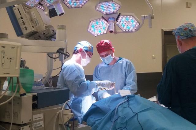 Врачи, выполняющие операцию
