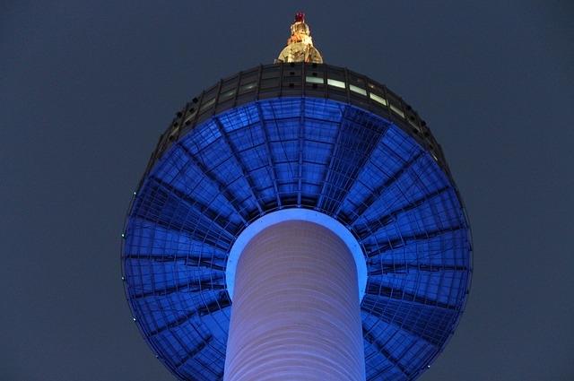 Сеульская башня показывает степень загрязнения воздуха. Синий цвет означает хорошо, зелёный – нормально, жёлтый - плохо, красный – очень плохо.