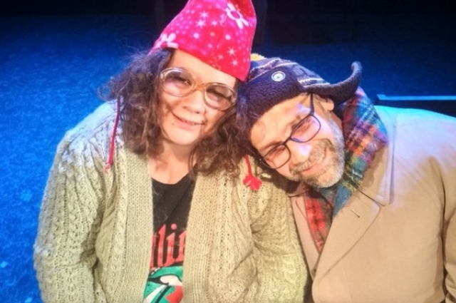 Муж с женой вместе играют на сцене.