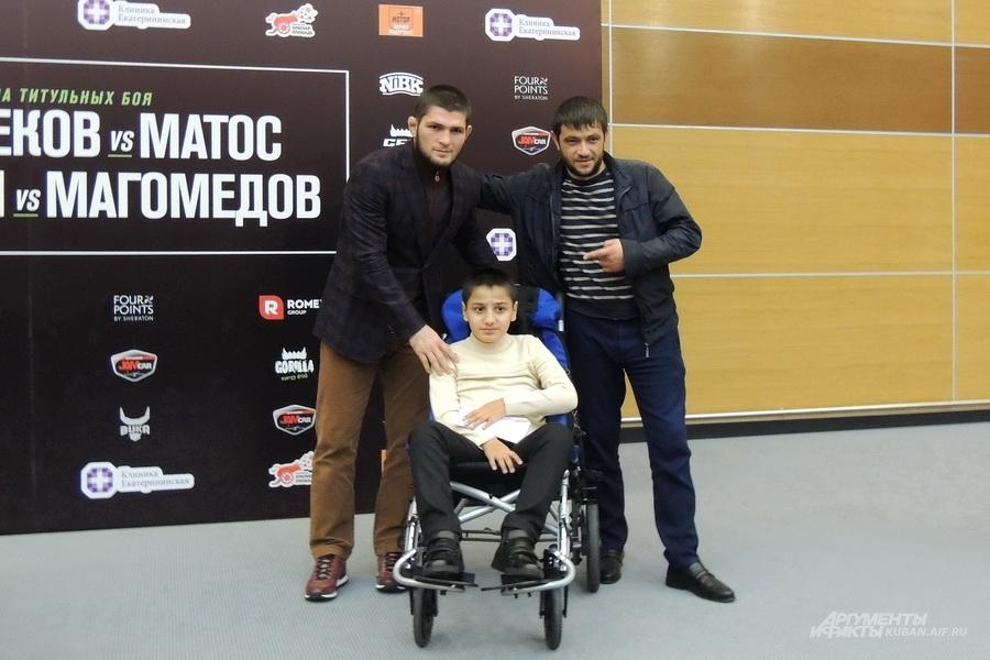 Хабиб Нурмагомедов с больным ребёнком и его отцом.