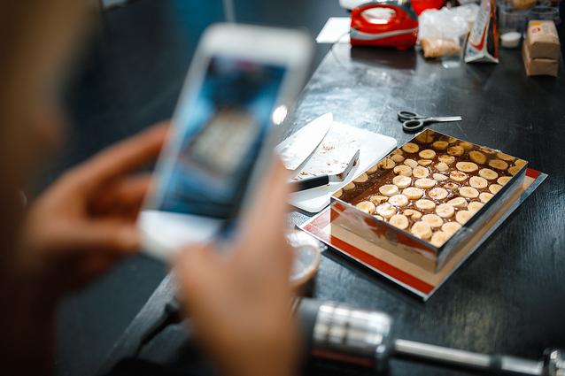 На шоколадный бисквит укладываем бананы