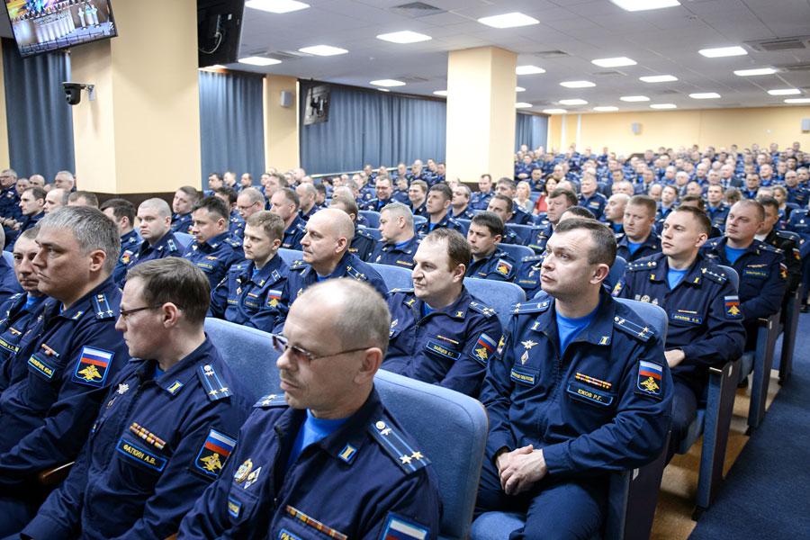 В корпусе управления Военно-воздушной академии прошла встреча главы региона с личным составом академии.
