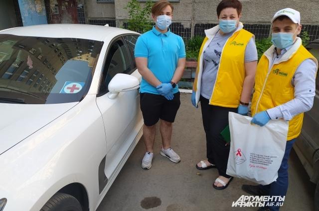 Семён, Ирина и Илья развозят лекарства примерно на десять адресов в день.
