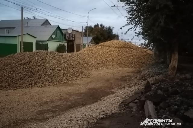 Ул. Туркестанская засыпана горами гравия в два человеческих роста.