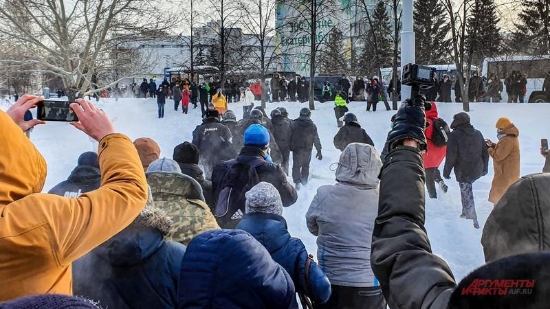 Группа полицейских отступает к улице Ельцина