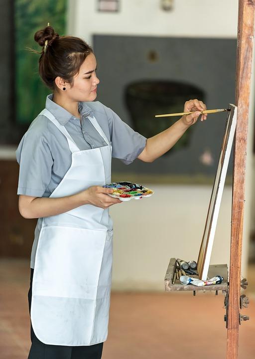 Последнее время в России большой популярностью пользуются мастер-классы по созданию предметов интерьера из помощью эпоксидной смолы.