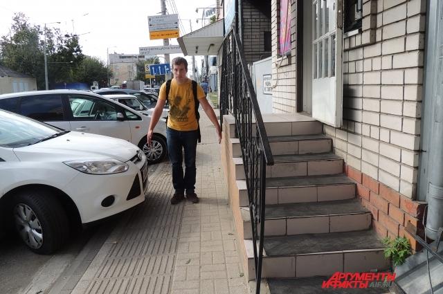 Вадим показывает, насколько узкие тротуары даже для пешехода, велосипедистам не уместиться