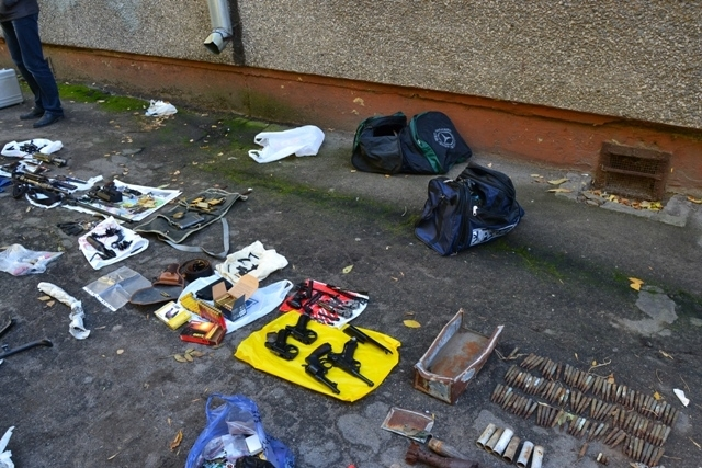 Полиция обнаружила целый боевой арсенал с оружием.