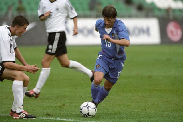 Игрок сборной России Андрей Аршавин (справа) во время матча между молодёжными сборными России и Германии. 2003 год
