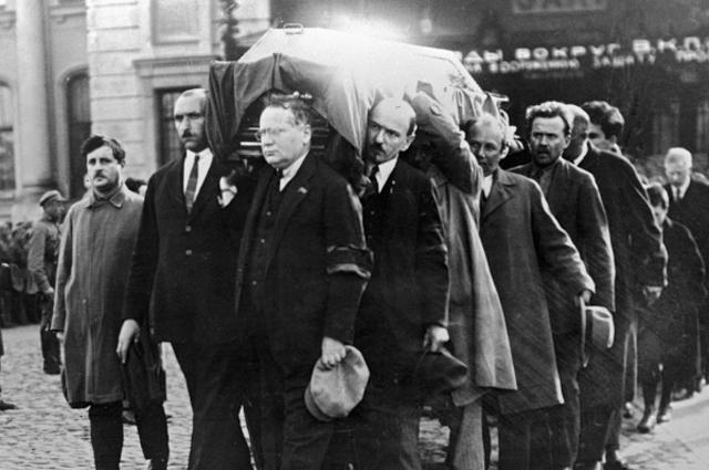 Траурная процессия несёт гроб с телом советского посла в Польше Петра Войкова, убитого в Варшаве