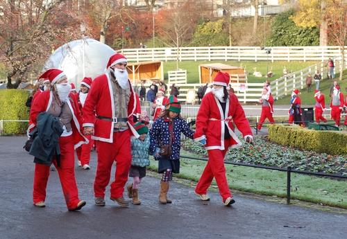 Санта Клаусы в Эдинбурге.