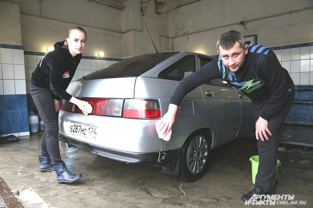 Беженцы Валерий и Наталья иногда думают, что автомойку атаман Алексей Репин держит только для того, чтобы они могли там заработать.