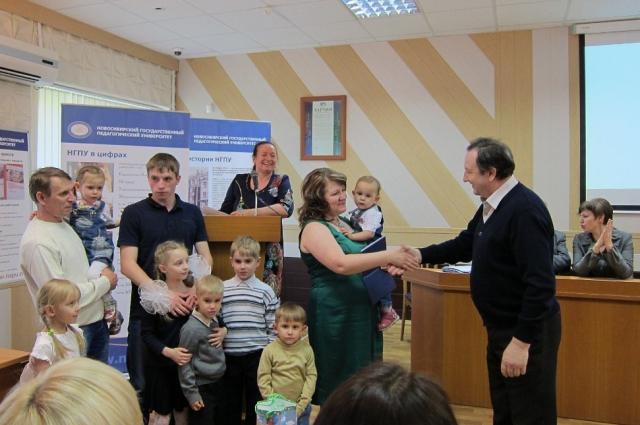 На вручение диплома о высшем образовании выпускницу-заочницу Татьяну Ларцеву пришла поддержать вся семья