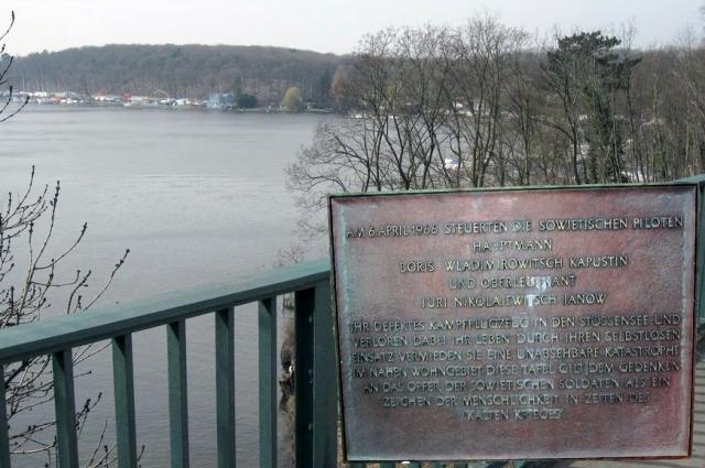 Мемориальная доска у залива Штёссензее, который является частью озера Гроссе Ваннзее в окресностях Берлина.