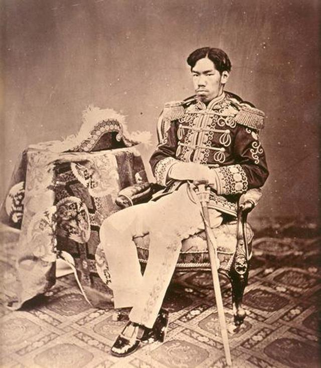 Молодой император Мэйдзи в военной форме (1873 год).