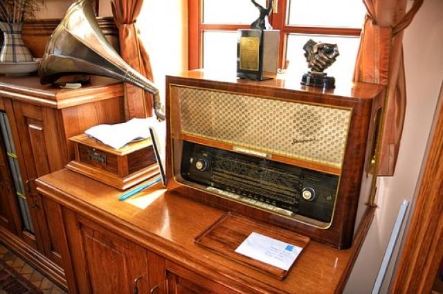 Впервые наши мамы услышали свои любимые песни на пластинке или по радио.