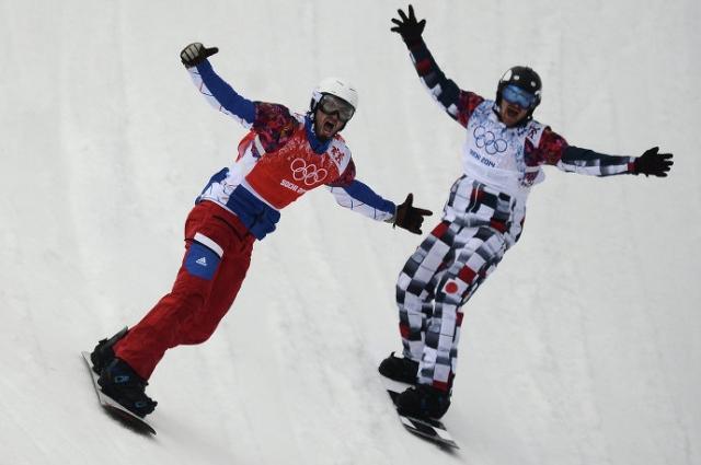 Пьер Вольтье и Николай Олюнин на финише финального заезда в сноуборд-кроссе