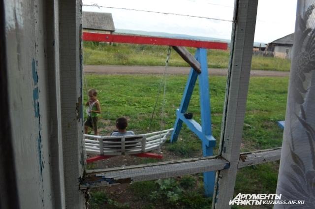 Сельская детвора в восторге от «Арт-Бухты», ведь здесь они могут прикоснуться к чему-то новому.