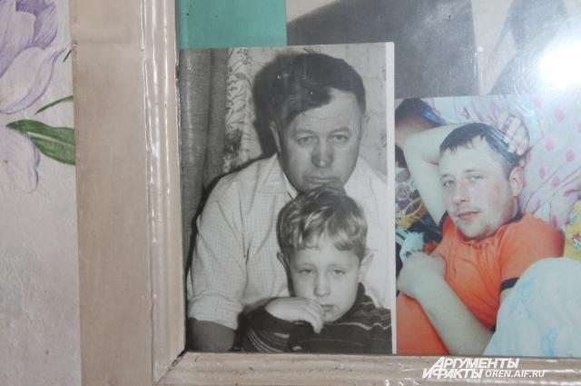 В доме сельчанина много фотографий с его родными.