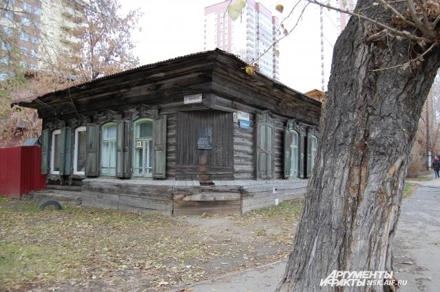 От выхода из самой центральной станции метро Новосибирска «Площадь Ленина» до дома Янки Дягилевой метров 400. Он – угловой, на перекрёстке.