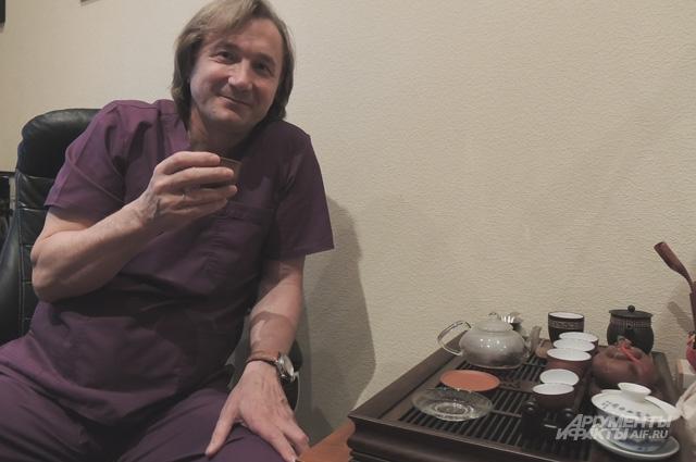 Евгений Левченко - ценитель зелёного чая. В рабочем кабинете - небольшой набор для чайной церемонии, а дома - целая коллекция разных сортов.