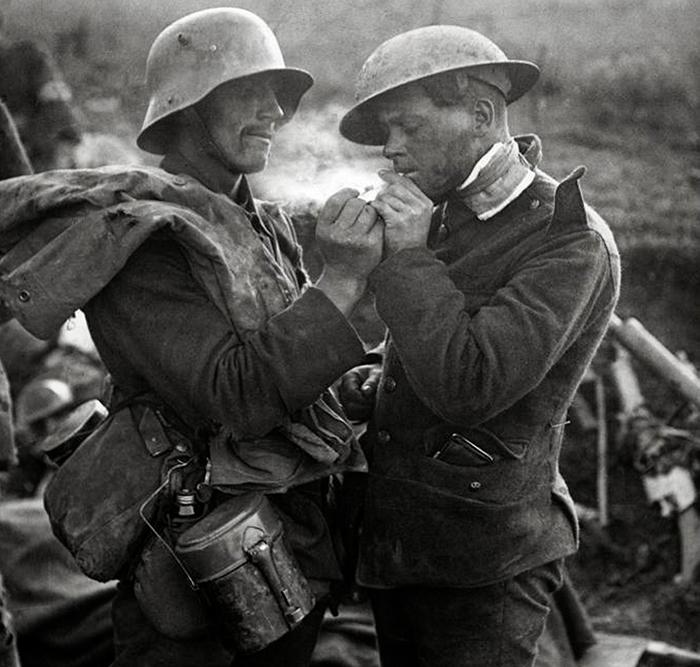 Немецкий и британский солдат во время Рождественского перемирия в Первой мировой войне.