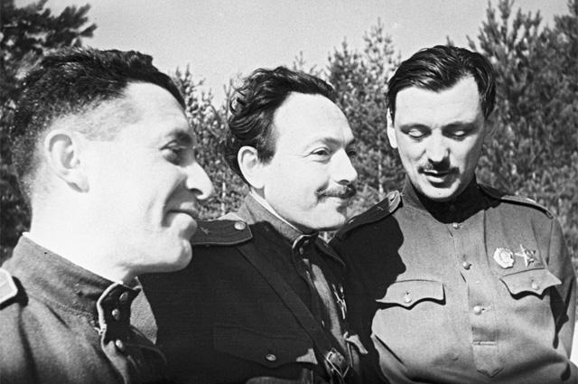 Писатели-фронтовики (слева направо): Борис Щапов, Александр Исбах (Исаак Абрамович Бахрах), Сергей Михалков. Великая Отечественная война (1941-1945).